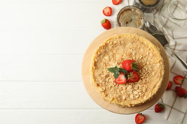 Concept smakelijke lunch met cake napoleon met aardbei