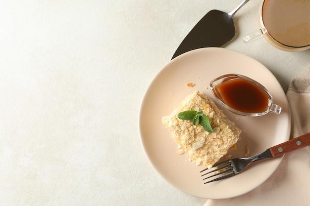 Concept smakelijke lunch met plaat van napoleon-cake