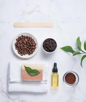 Concept spa plat leggen met natuurlijke koffiescrub voor het huis, olijfolie en zeep. verzorging van de huid van het lichaam. bovenaanzicht en kopie ruimte