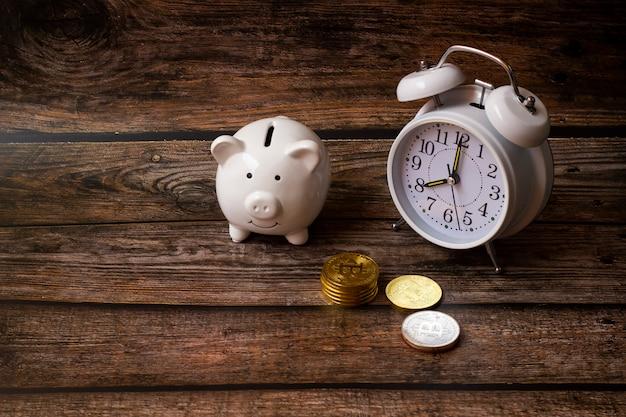 Concept sparen gelddollars, stort spaarvarken, bedrijfsfinanciën, geld om te winkelen, groeiend geldconcept