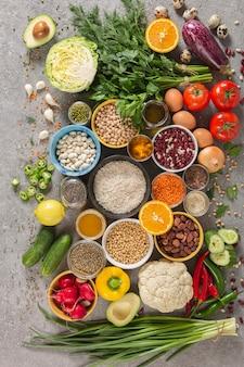 Concept uitgebalanceerd dieet van fruit, groenten, zaden, peulvruchten, granen, granen, kruiden en specerijen. producten met vitamines, minerale zouten, antioxidanten, vezels