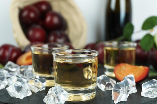 Concept van alcohol met pruimenwodka, close-up