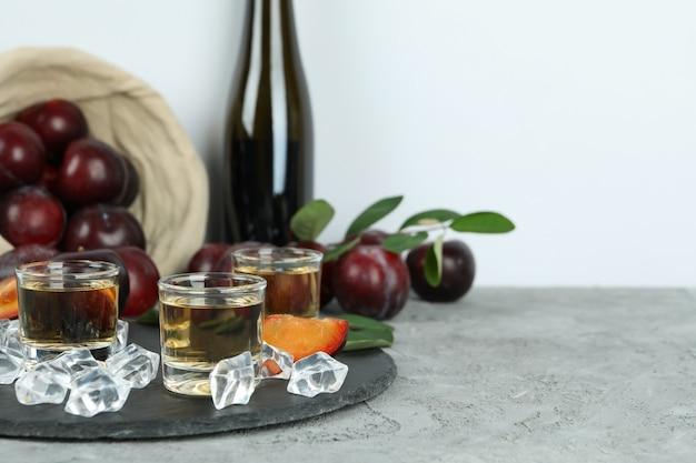 Concept van alcohol met pruimenwodka, ruimte voor tekst