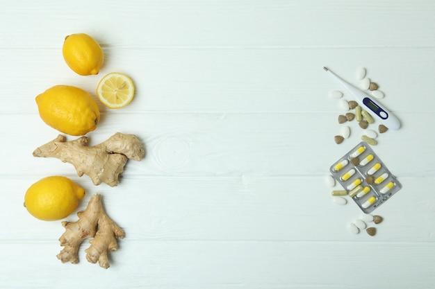 Concept van alternatieve koude behandeling op witte houten tafel