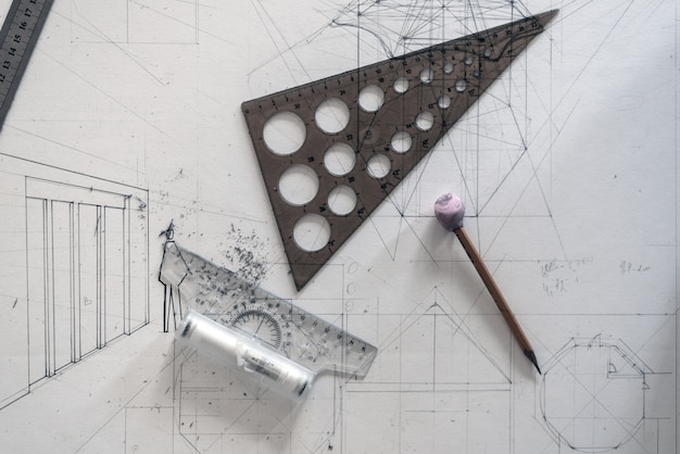 Concept van architectonisch ontwerp. bovenaanzicht van tekenen op papier met linialen en potloden