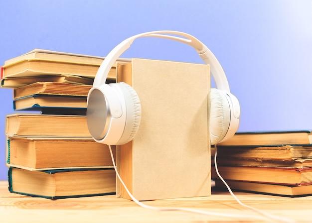Concept van audioboek. boeken op de tafel met koptelefoon zetten erop