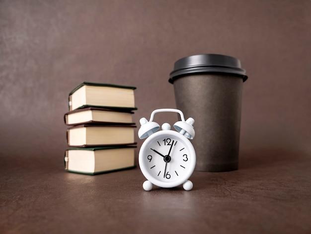 Concept van bedrijfseducatie en -training horloges en boeken