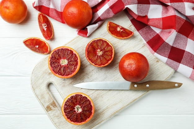 Concept van citrus met rode sinaasappelen op witte houten tafel