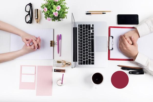 Concept van comfortabele mannelijke en vrouwelijke werkplekken. gadgets op het witte bureau