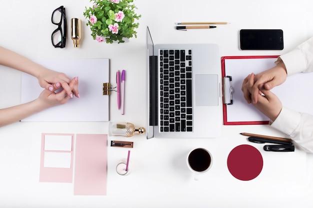 Concept van comfortabele mannelijke en vrouwelijke werkplekken.