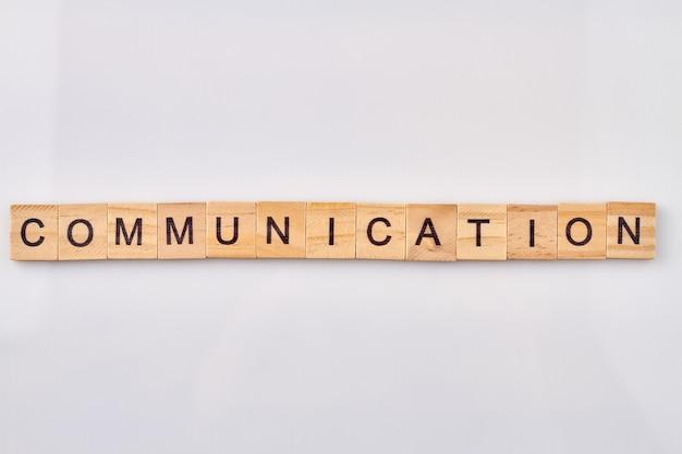 Concept van communicatie en informatie-uitwisseling. alfabet houten blokken geïsoleerd op een witte achtergrond.