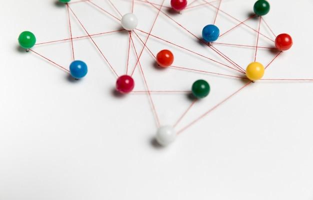 Concept van communicatie met gekleurde pinnen