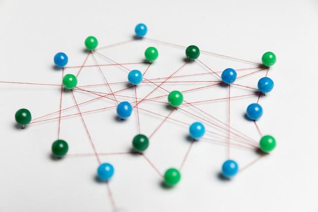 Concept van communicatie met groene en blauwe pinnen