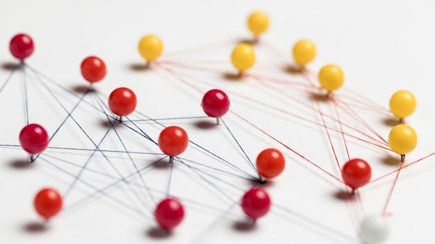Concept van communicatie met rode en gele pinnen