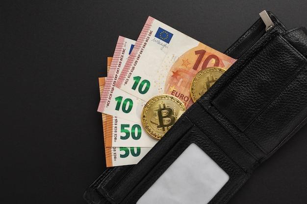 Concept van contant geld en cryptocurrency in portemonnee