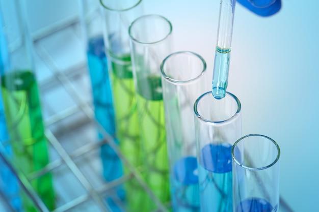 Concept van coronavirus quarantaine. nieuw coronavirus 2019-ncov. de virustest op laboratoriumreageerbuis in de analisten dient een plastic handschoen in.