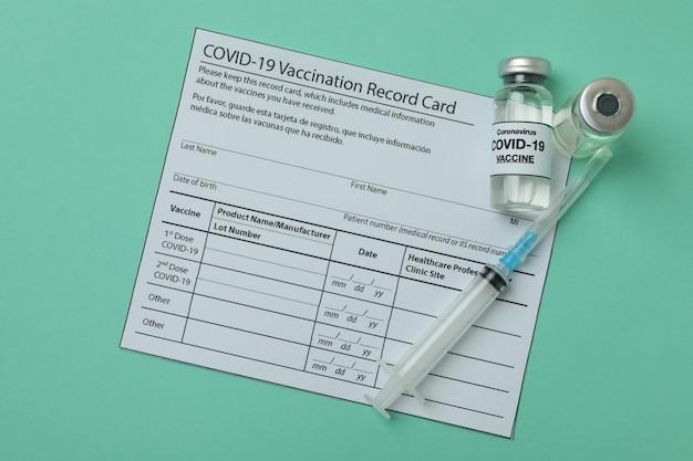 Concept van covid - 19 vaccinatie met flesjes vaccin op munt