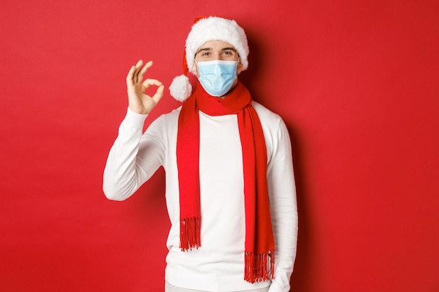 Concept van covid kerst en feestdagen tijdens pandemisch portret van een gelukkige en tevreden man in de medic...