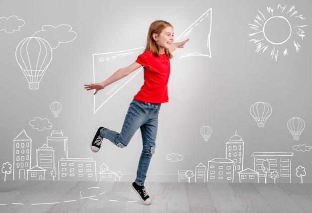 Concept van creatieve klein kind vrouw vliegen in haar fantasieën en glimlachen