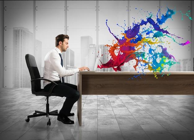 Concept van creatieve zaken met zakenman die met laptop op het bureau werkt