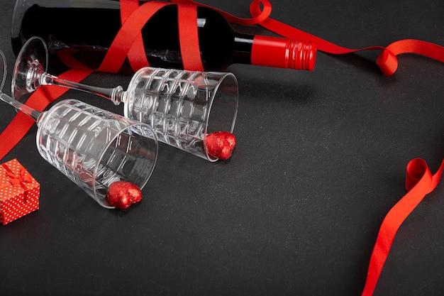 Concept van dating en valentijnsdag. wijn, chocolade hartjes, glazen, geschenkdoos. kopieer ruimte.
