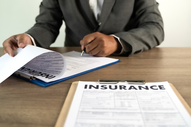 Concept van de beschermende man van de verzekering en auto familie ziektekostenverzekering beleid onderzoeken