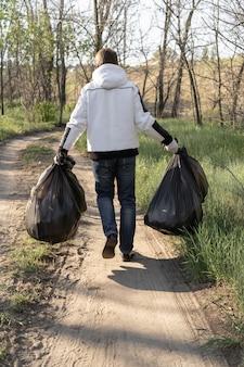 Concept van de dag van de aarde. eco-vrijwilligers maken het bos schoon.