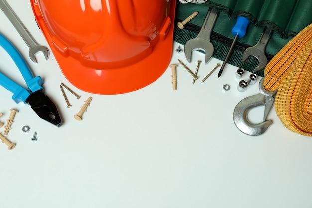 Concept van de dag van de arbeid met bouwhulpmiddelen op witte achtergrond