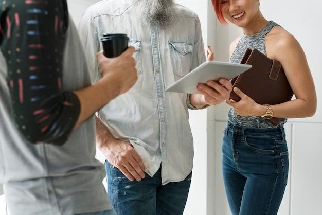 Concept van de de samenhorigheid het digitale tablet van mensenvriendschap