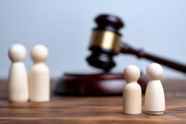 Concept van de gerechtelijke procedure over ontneming van ouderlijke rechten en plaatsing van kinderen in een weeshuis