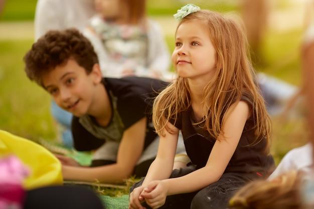 Concept van de kinderenjonge geitjes van vriendschaps het trendy speelse vrije tijd