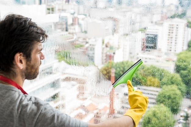 Concept van de mens zijn huis schoonmaken