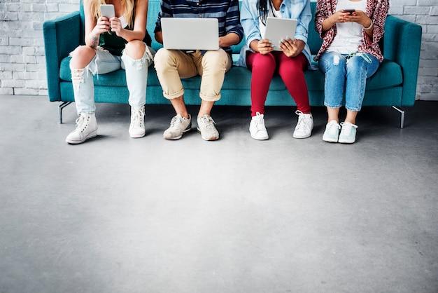 Concept van de mensenvrienden van diversiteits het jonge tieners