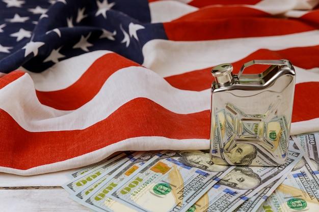 Concept van de prijsgroei van aardolieproducten van amerikaanse papier valuta vs vlag