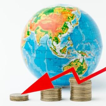 Concept van de wereldeconomie en stapel van munten