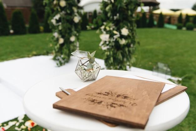 Concept van decoratie voor bruiloft en vakantie houten map voor de huwelijksceremonie