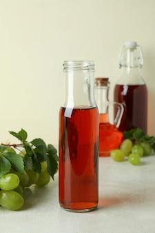 Concept van druivenazijn op witte getextureerde tafel