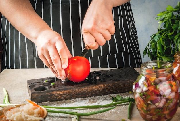 Concept van een gefermenteerde maaltijd. thuis ingeblikt voedsel en knuppels. vegan