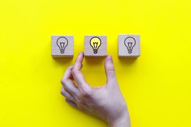 Concept van een nieuw idee, houten kubussen met een gloeilampenpictogram