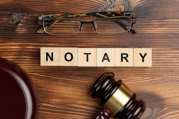 Concept van een notaris naast de rechterhamer.