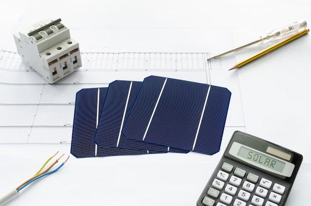 Concept van energiebesparing bereikt door installatie van zonne-energiecentrale