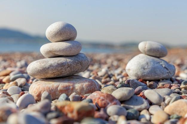 Concept van evenwicht en harmonie rotsen aan de kust van de zee in de natuur