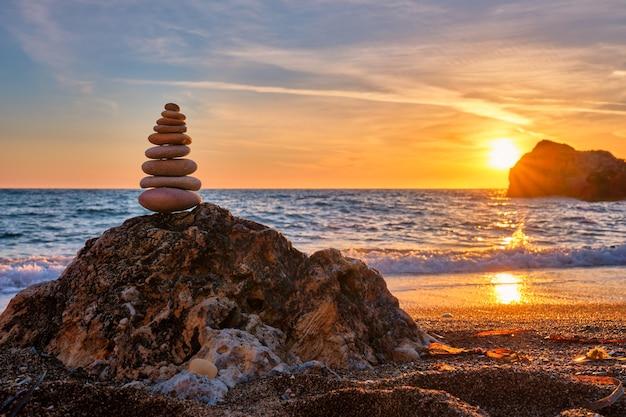 Concept van evenwicht en harmonie stenen stapel op het strand