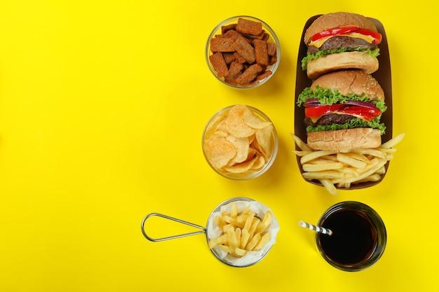 Concept van fastfood op gele achtergrond