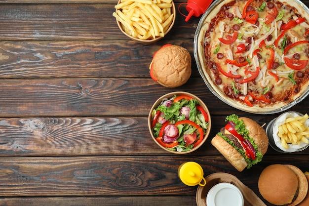 Concept van fastfood op houten tafel