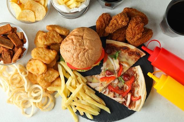 Concept van fastfood op witte getextureerde tafel