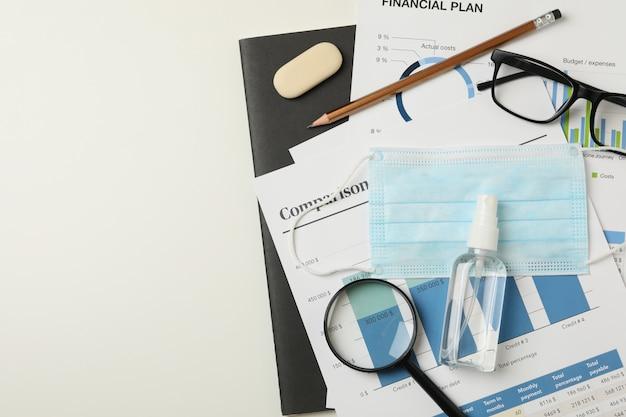 Concept van financiële planning met masker en ontsmettingsmiddel