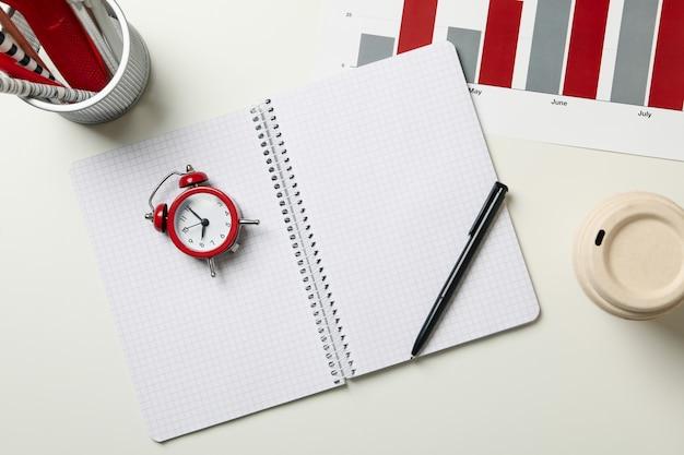 Concept van financiële planning met wekker o