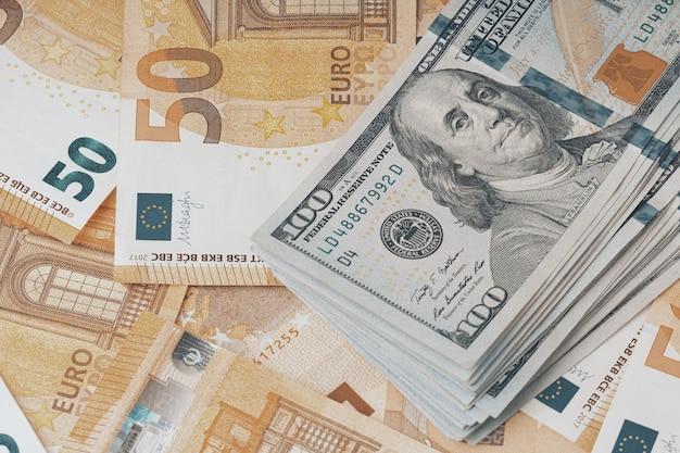 Concept van forex of wereldwijde financiële economische achtergrond van dollars en euro-bankbiljetten