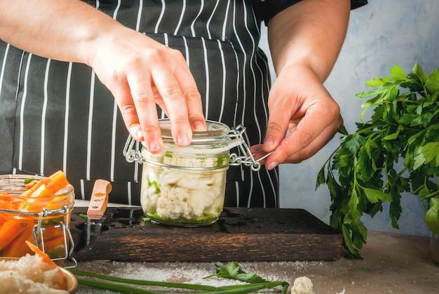 Concept van gefermenteerde maaltijd. ingeblikt voedsel. veganistisch eten. groenten.